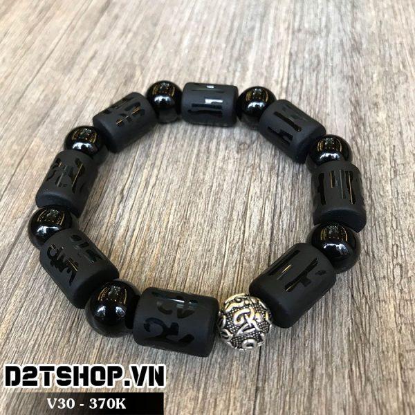 Vòng đá phong thủy màu đen mặt charm bạc khắc chữ V30