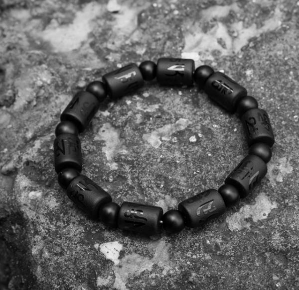 Vòng tay phong thủy đá mã não khắc chú Ommani